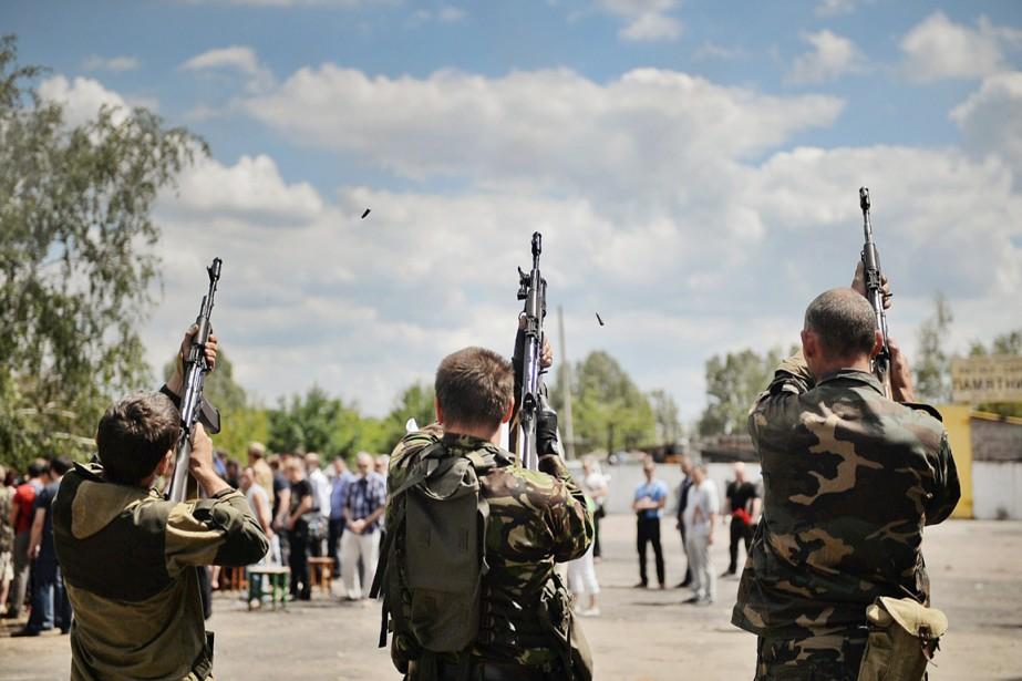 Des rebelles prorusses tirent une salve d'honneur durant... (PHOTO DANIEL MIHAILESCU, ARCHIVES AFP)