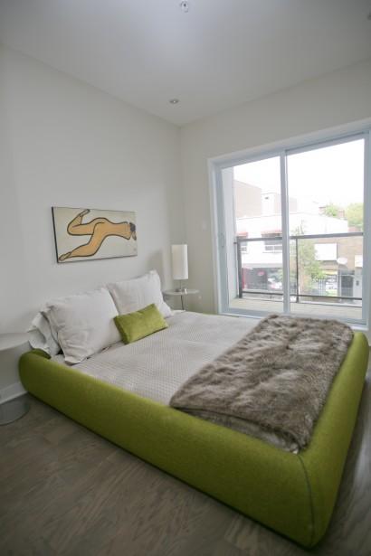 Grâce au plafond de 9 pi de hauteur, on ne se sent pas à l'étroit dans l'appartement de 730 pi 2 . | 20 juin 2014