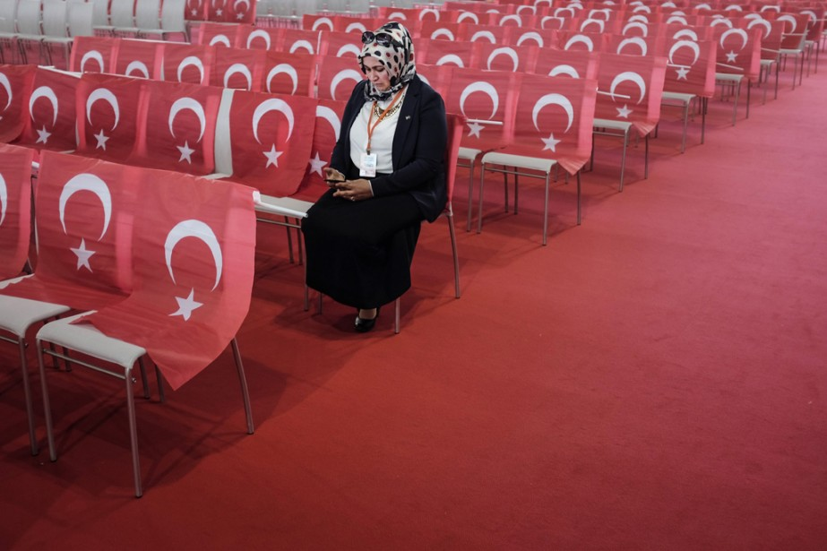 À Vienne, une femme attend le discours du premier ministre... | 2014-06-20 00:00:00.000