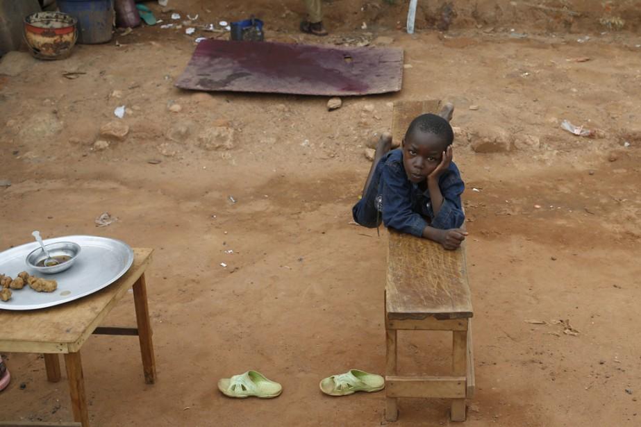 Un enfant se repose à Bambari, en Centrafrique.Depuis plus d'un an, le pays vit une crise sans précédent. Les exactions des groupes armés contre les civils ont fait des milliers de morts et des centaines de milliers de déplacés, dont de nombreux civils musulmans contraints à fuir des régions entières face aux violences des milices chrétiennes anti-balaka. | 20 juin 2014