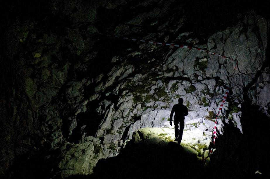 Un secouriste se déplace dans une cavité du montUntersberg, en Allemagne. Un spéléologue grièvement blessé et pris au piège à 1000 mètres sous terre pendant 11 jours a été remonté à la surface hier après une opération de sauvetage internationale particulièrement complexe. | 20 juin 2014