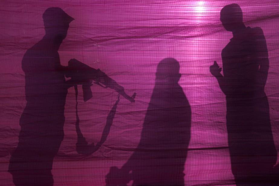 À Gaza, des membres du mouvement islamiste Hamas établissent un périmètre de sécurité après un raid aérien israélien en réponse à des tirs de roquettes sur le sud de l'État hébreu. | 20 juin 2014