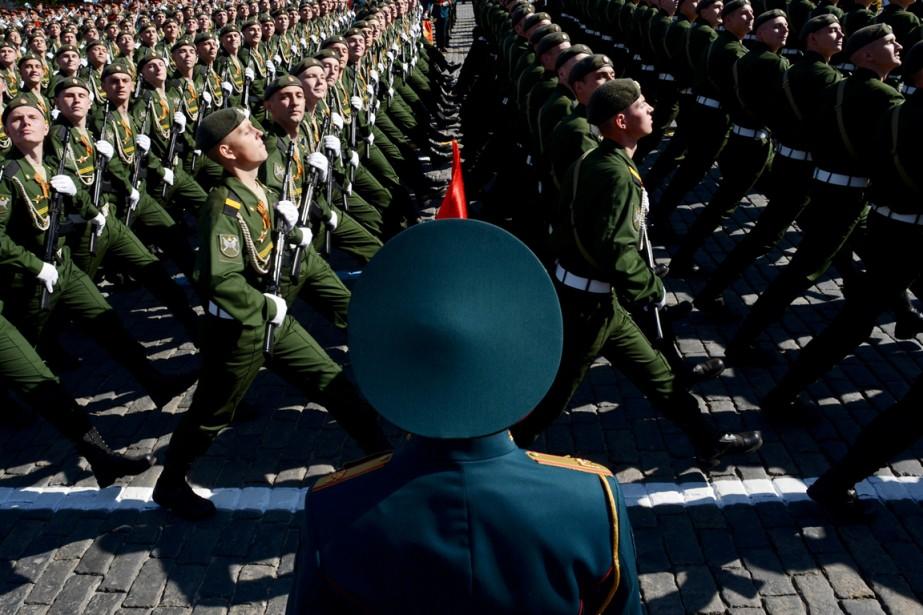 Des soldats russes paradent à Moscou dans le... (PHOTO KIRILL KUDRYAVTSEV, ARCHIVES AFP)