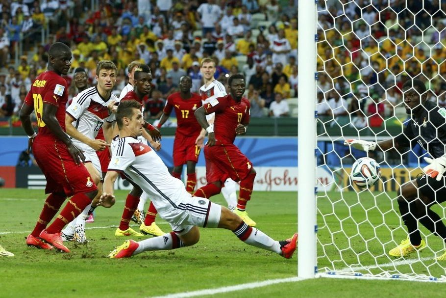 L'Allemand Miroslav Klose marque un but.... (PHOTO EDDIE KEOGH, REUTERS)