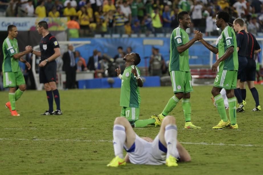 L'équipe du Nigéria festoie après avoir éliminé les... (Photo Dolores Ochoa, AP)