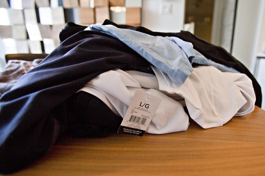 Des vêtements neufs retrouvés dans l'appartement où étaient les trois hommes recherchés. (Photo Félix O.J. Fournier, Collaboration spéciale)