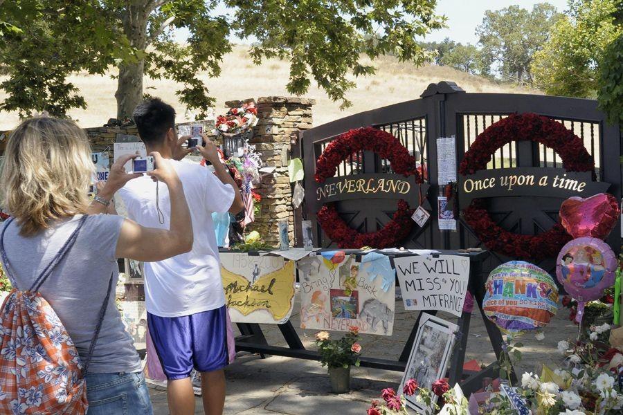 Des fans de Michael Jackson prennent des photos... (Photo Archives Reuters)
