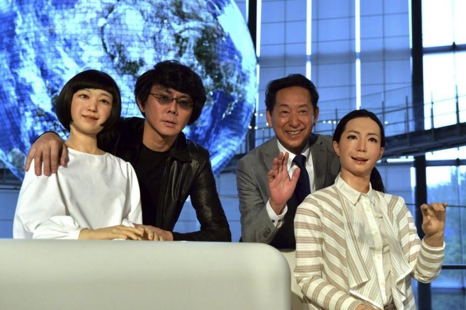 Le spécialiste de la robotique Hiroshi Ishiguro et... (PHOTO YOSHIKAZU TSUNO, AFP)
