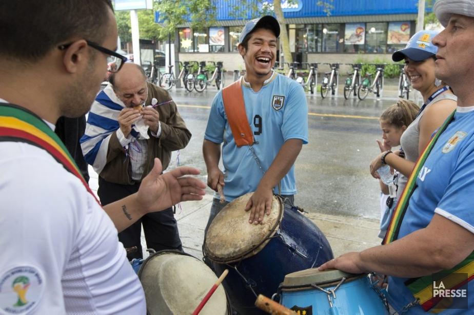 Des partisans de l'Uruguay... (Photo Robert Skinner, La Presse)