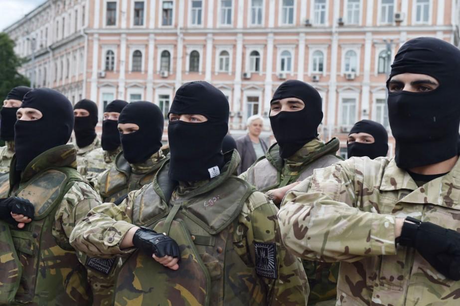 Des volontaires fraîchement recrutés par l'armée ukrainienne participent... (PHOTO SERGEI SUPINSKY, ARCHIVES AFP)