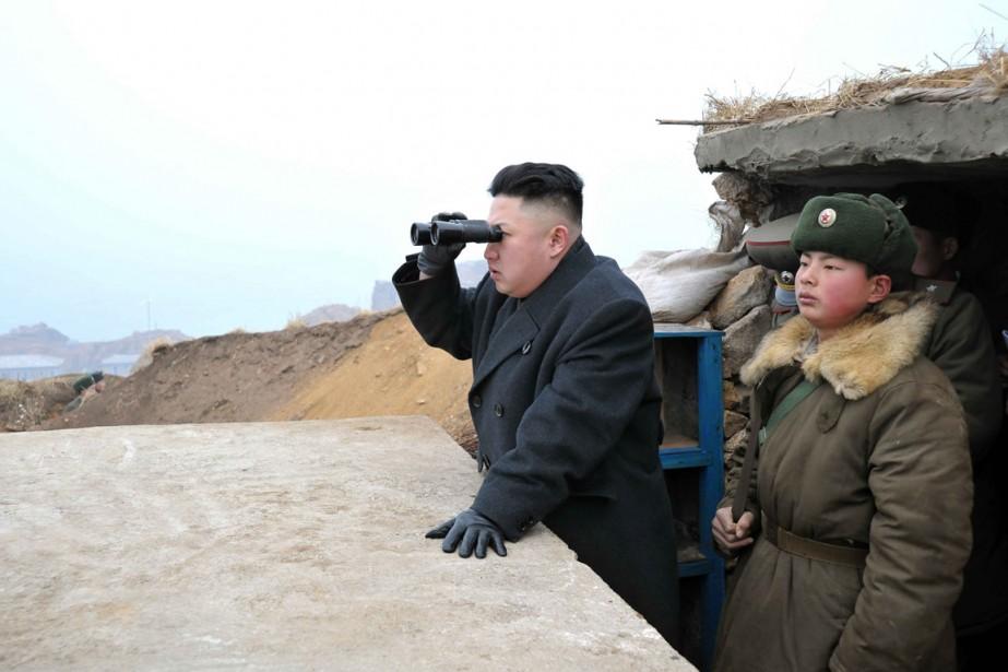Kim Jong-un visite un poste militaire près de... (Photo fournie par KCNA)