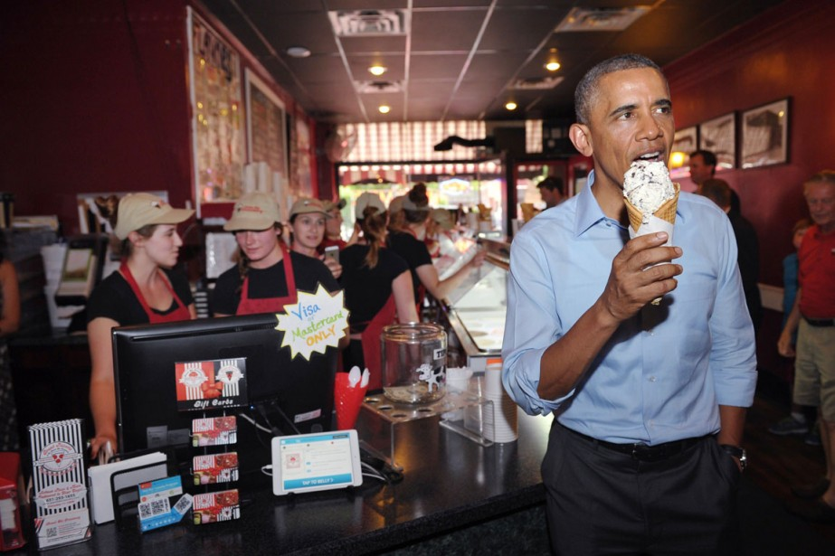 Le président Barack Obama mange une crème glacée... (PHOTO Mandel NGAN, ARCHIVES AFP)