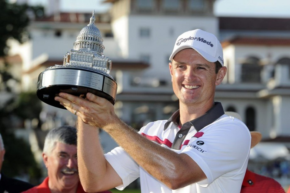 Justin Rose pose avec son trophée.... (PHOTO NICK WASS, AP)