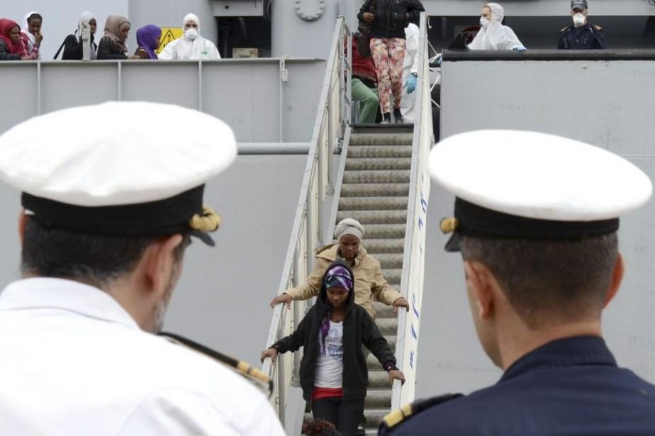 Des officiers de la Marine italienne observent des... (Photo AP)