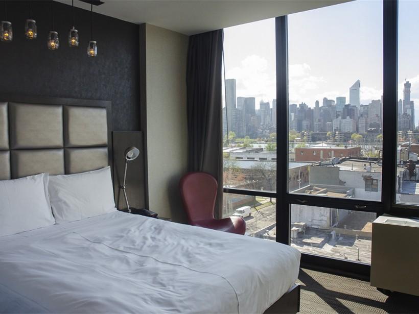Une chambre du Z Hotel avec vue panoramique sur Manhattan. | 2 juillet 2014