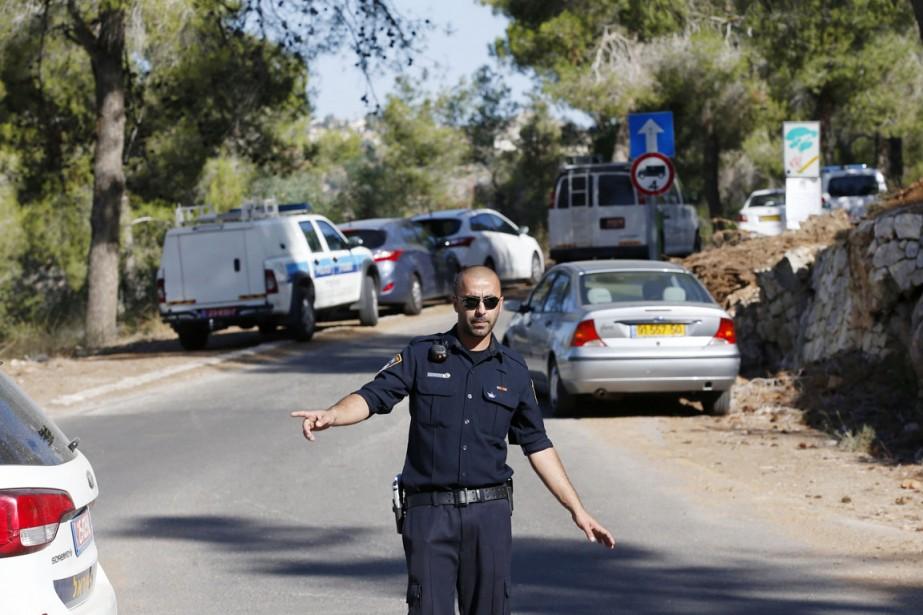 Un policier israélien monte la garde à l'orée de la forêt de Jérusalem où le corps du jeune Palestinien a été retrouvé, le 2 juillet. (PHOTO RONEN ZVULUN, REUTERS)