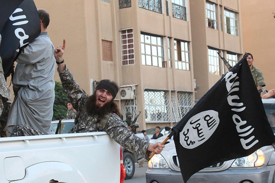 Des djihadistes de l'État islamique paradent dans les... (PHOTO ARCHIVES AFP/WELAYAT RAQA)
