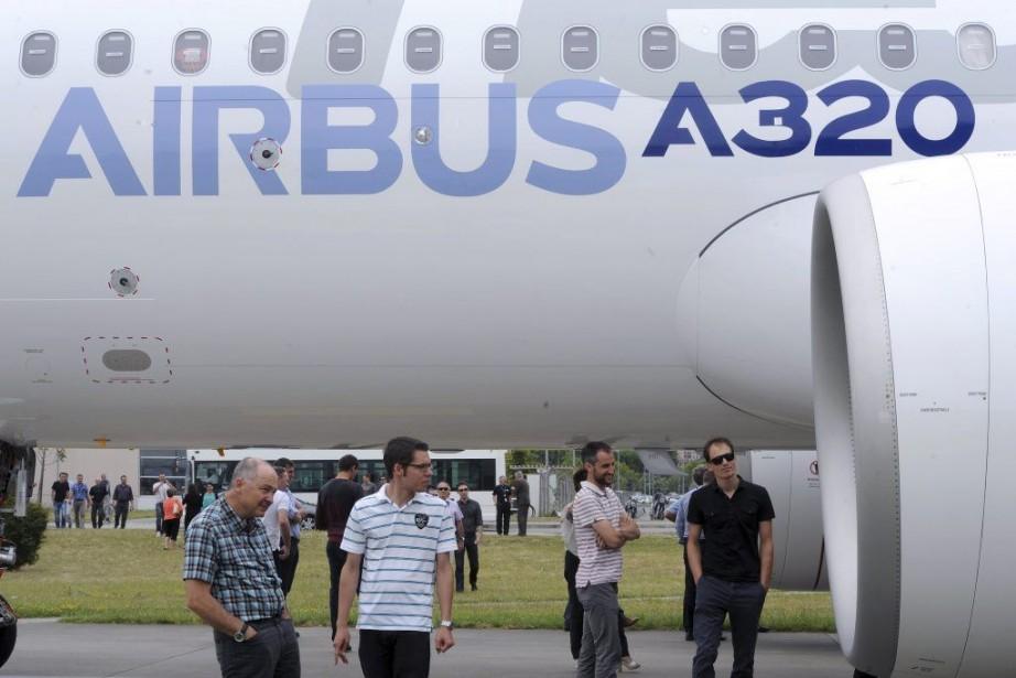 Des employés d'Airbus examinent le moteur du modèle... (PHOTO ERIC CABANIS, AFP)