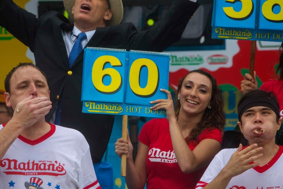 Joey Chestnut (à gauche) a engouffré 61 hot-dogs... (Photo Eric Thayer, Reuters)