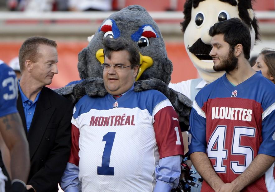 Le maire de Montréal Denis Coderre se fait agacer par la mascotte des Alouettes. (Photo Bernard Brault, La Presse)