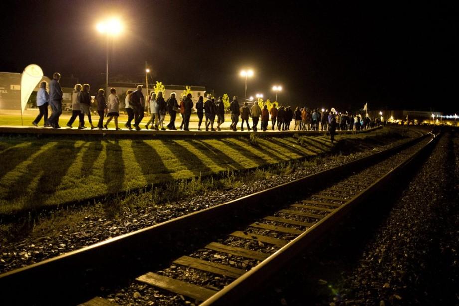 La nuit dernière, après une minute de silence, à 1 h 14, l'heure ou le train a déraillé, une «marche silencieuse de la lumière et de la vie s'est amorcée». (PHOTO ROBERT SKINNER, LA PRESSE)