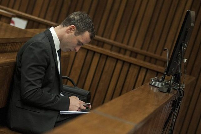 Le procureur Gerrie Nel cherche à montrer qu'Oscar... (PHOTO IHSAAN HAFFEJEE, REUTERS)