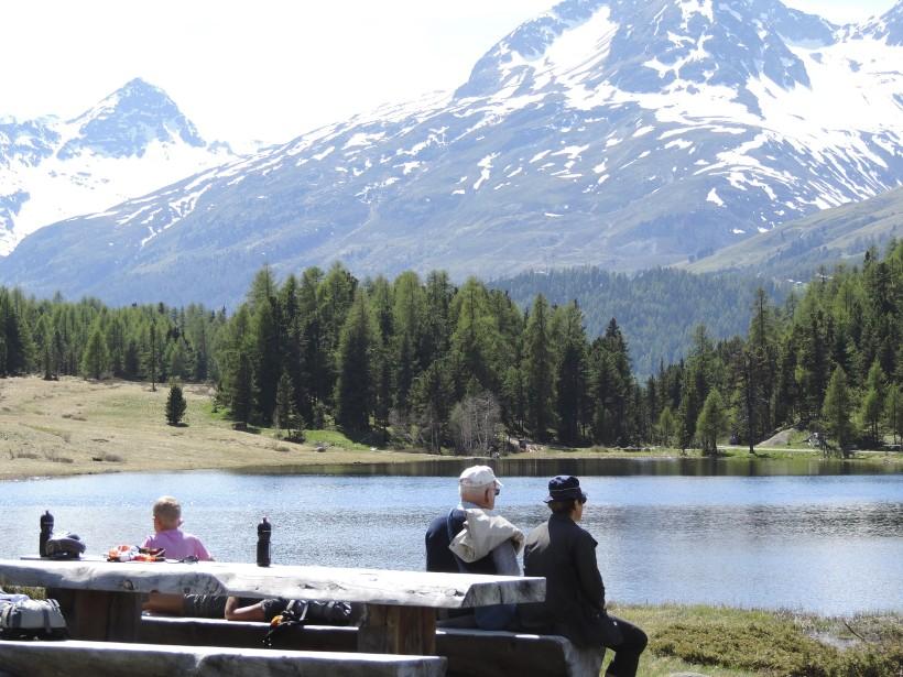 Le sentier entre Pontresina et St-Moritz réserve de belles surprises, dont ce petit lac. (Photo Mario Fontaine, La Presse)