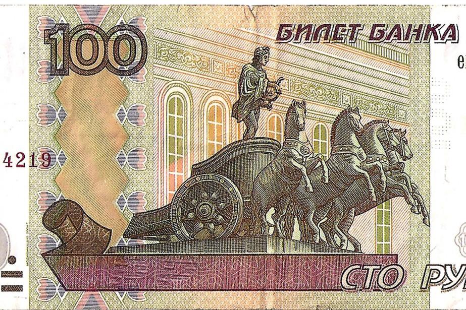 Un billet de 100 roubles.... (Photo Alexander Nemenov, AFP)