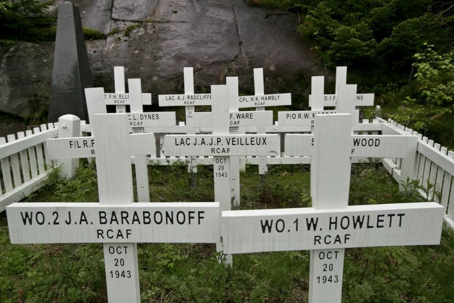 Une croix blanche pour chacune des victimes a été installée sur les lieux de l'écrasement. (Photo Hugo-Sébastien Aubert, La Presse)