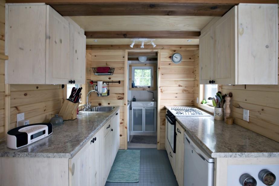 De cèdre et de pin, l'habitation est essentiellement une pièce ouverte où se tient la vedette: l'espace cuisine. (Photo Olivier Jean, La Presse)