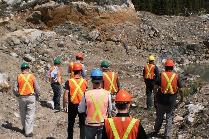 Des travailleurs inspectent la propriété diamantifère Renard.... (Diamants Stornoway)