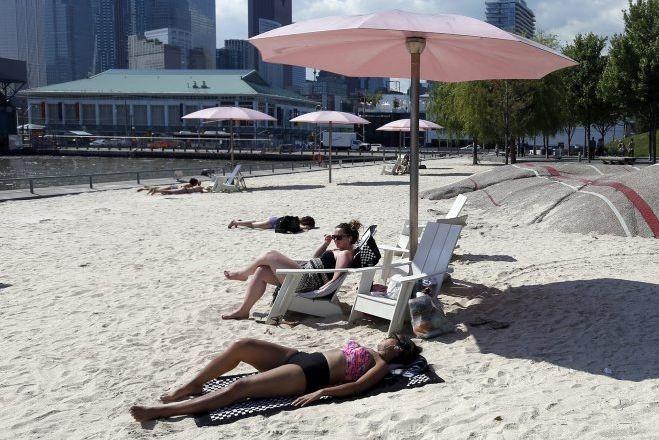 Les 36 parasols de la plage urbaine de... (Photo Rick Madonik, archives Toronto Star)