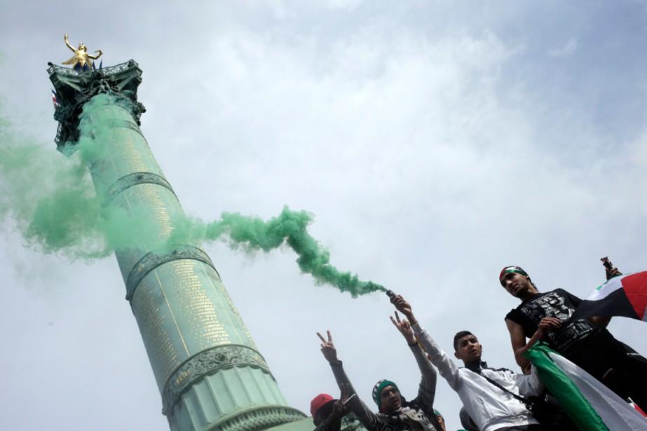Les manifestants faisaient partie d'une foule de quelque... (PHOTO KENZO TRIBOUILLARD, AGENCE FRANCE-PRESSE)