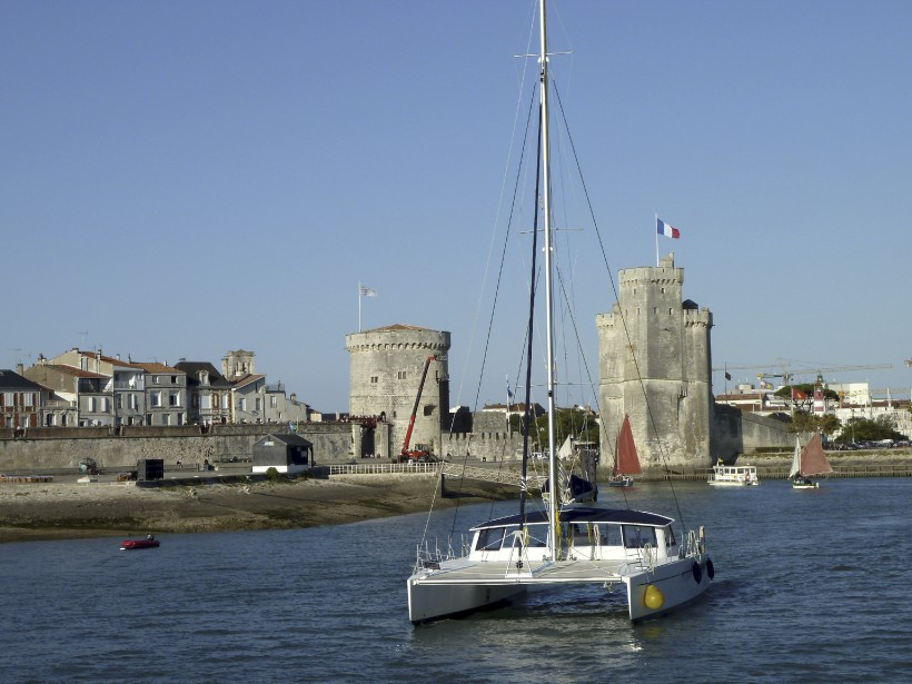 Plaisance à l'ombre des tours de la Lanterne et Saint-Nicolas. (PHOTO FOURNIE PAR L'OFFICE DE TOURISME DE LA ROCHELLE)