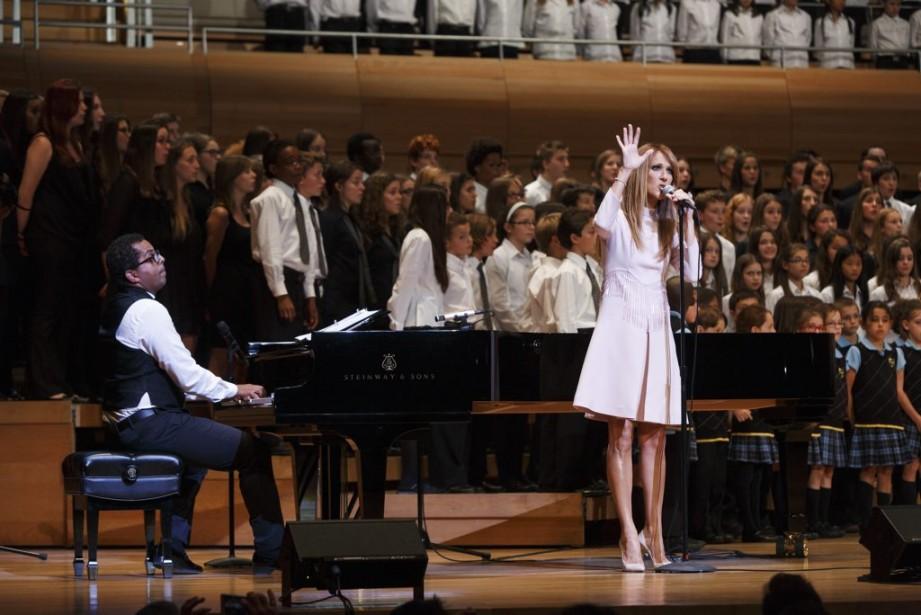 Gregory Charles, qui cumulait les rôles d'animateur, de pianiste et de chef de choeur, a accompagné Céline Dion lors de son interprétation de <em>S'il suffisait d'aimer</em>. (Photo: Ulysse Lemerise, collaboration spéciale La Presse)