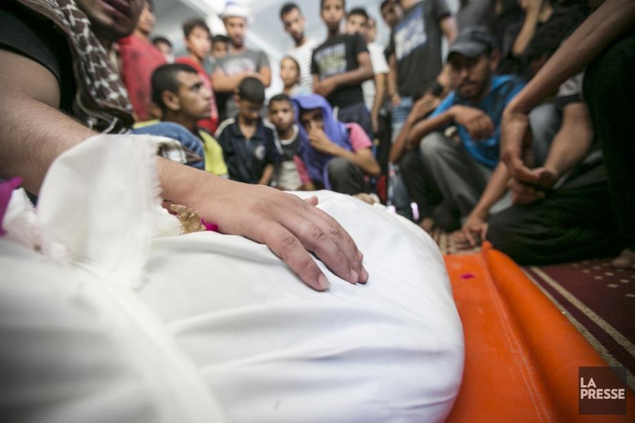 Trois jeunes adultes palestiniens sont enterrés simultanément, à Rafah....   2014-07-17 00:00:00.000