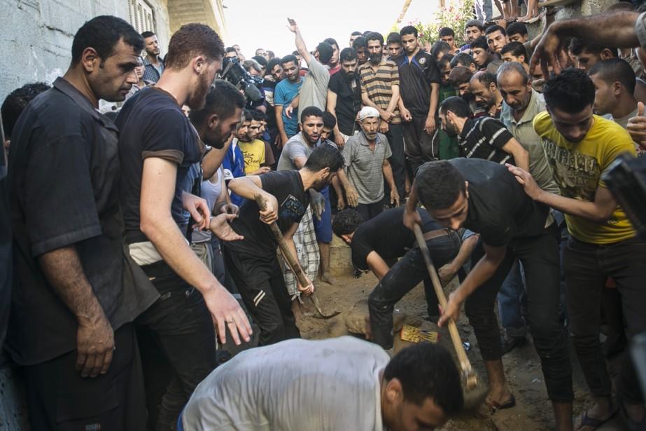 De nombreux habitants de Gaza ont assisté à l'enterrement des jeunes victimes.   17 juillet 2014