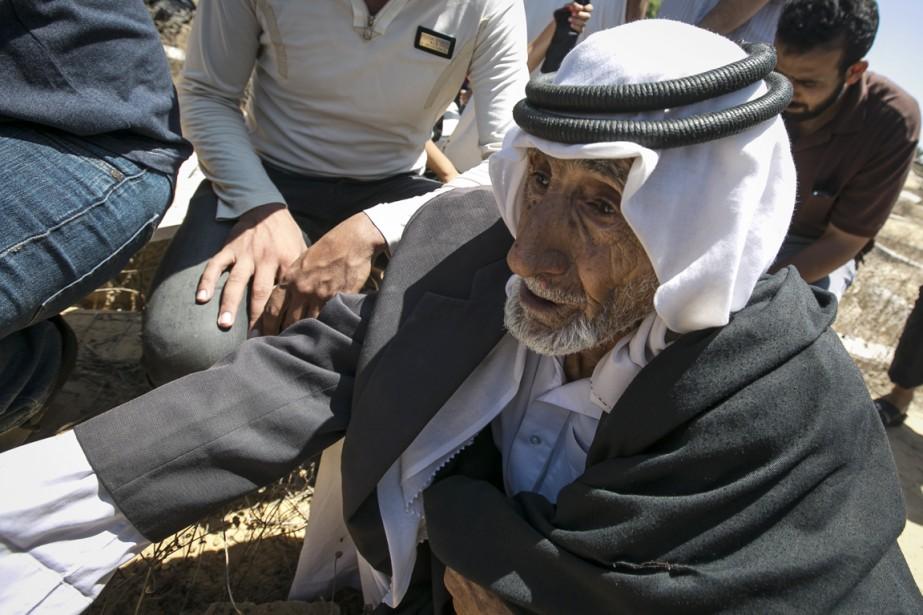 Des proches de Mohammed Sabri Hamad Abou al-Dbeir assistent à son enterrement, à Rafah.   17 juillet 2014