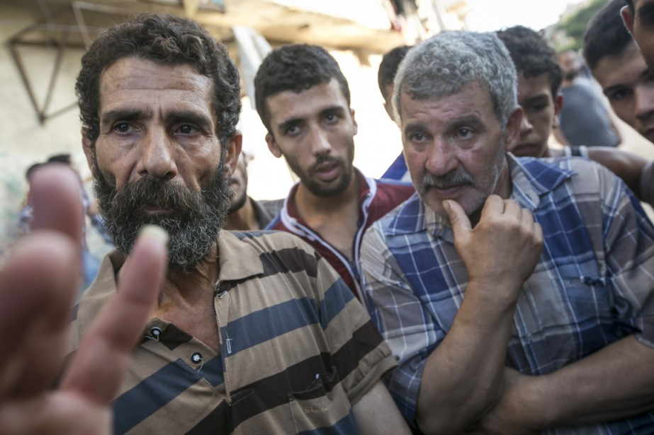 Des proches d'Ahed Baqr, l'un des quatre enfants tués lors d'une frappe israélienne sur la plage du port de Gaza, hier.   17 juillet 2014