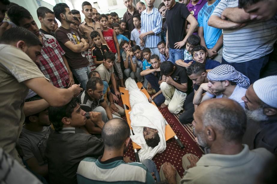 Les enterrements ont eu lieu après la prière du midi à la mosquée, devant laquelle flottaient des drapeaux du Hamas.   17 juillet 2014