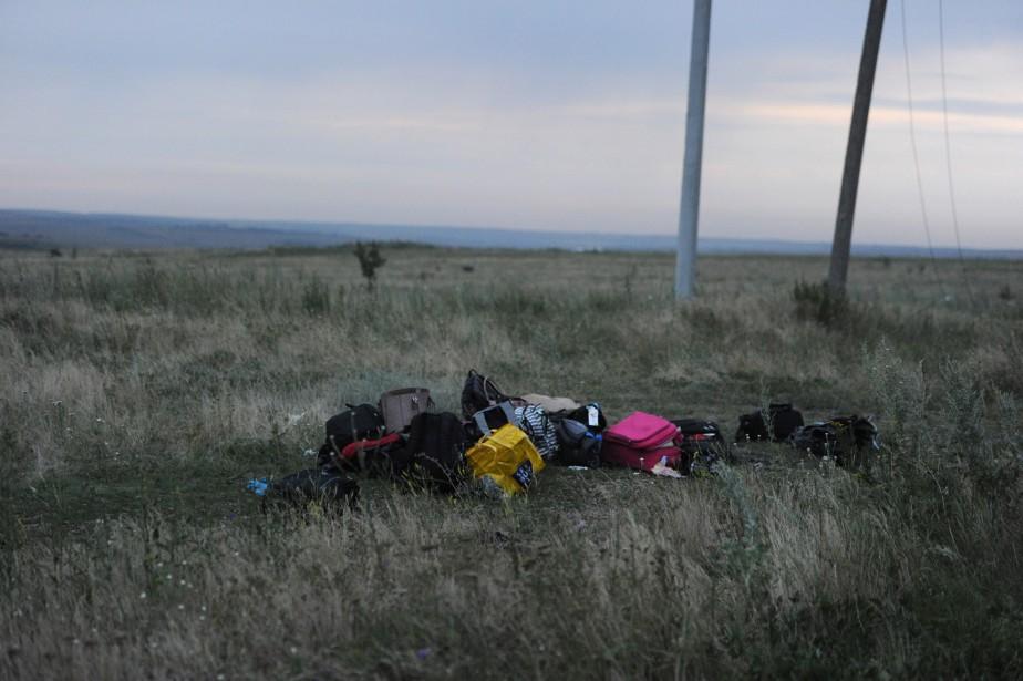 Des bagages ont été rassemblés sur le site de l'écrasement de l'avion. (PHOTO DOMINIQUE FAGET, AFP)