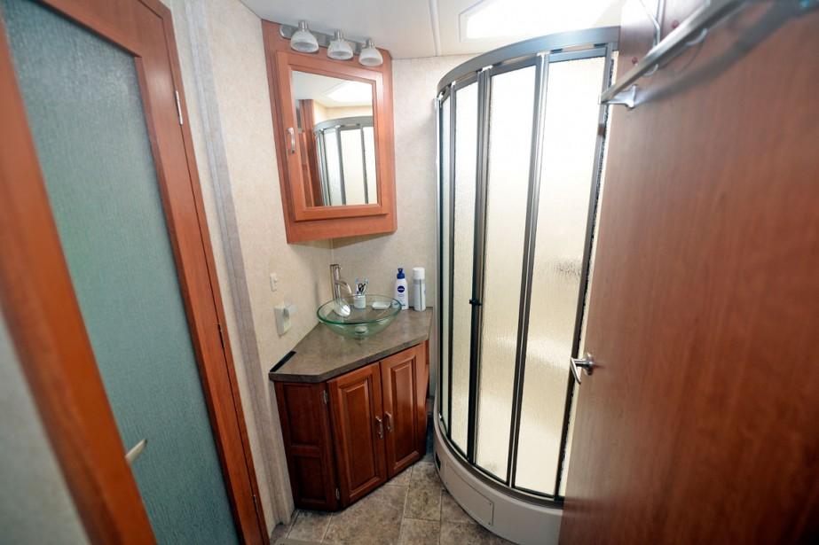 La salle de bain (un côté toilette et un côté douche) est attenante à la chambre et on peut refermer la porte sur la cuisine, créant ainsi une mini-suite. (Le Soleil, Erick Labbé)