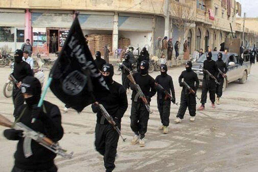 Des combattants de l'État islamique marchent dans les... (PHOTO ARCHIVES ASSOCIATED PRESS)
