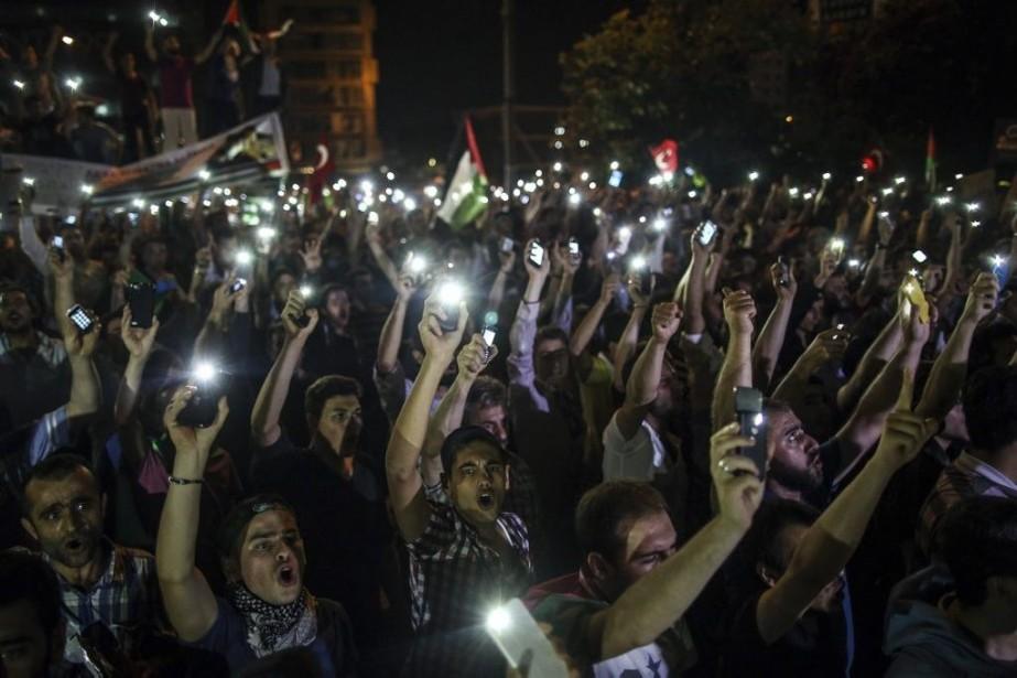 Des manifestants turcs soutenant la Palestine se sont... (PHOTO EMRAH GUREL, AP)