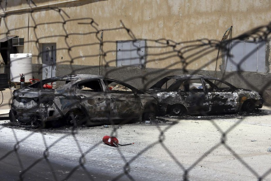 Des voitures incendiées à l'aéroport de Tripoli, le... (PHOTO MAHMUD TURKIA, AFP)