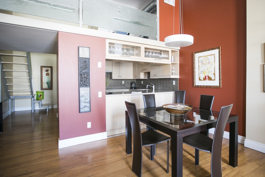 Au-dessus de la cuisine, la mezzanine, où les proprios avaient aménagé leur bureau. Le garde-corps en verre est une création exclusive de la compagnie montréalaise Hectarus. (PHOTO OLIVIER PONTBRIAND, LA PRESSE)