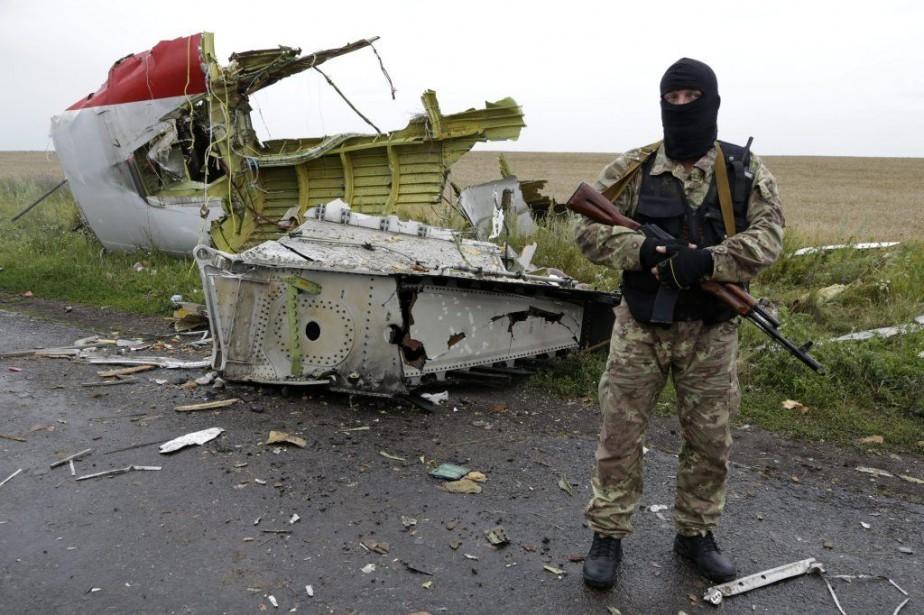 Un combattant prorusse guarde le site où s'est... (Dmitry Lovetsky)