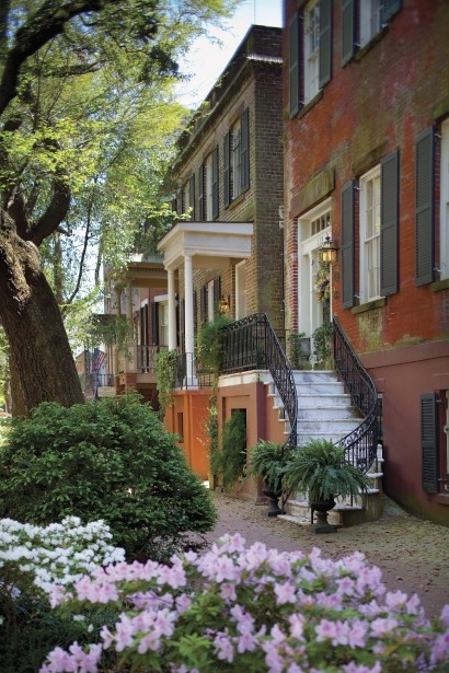Des maisons centenaires entourent les 22 squares du centre de la ville. (Photo fournie par La Savannah Area Chamber of Commerce)