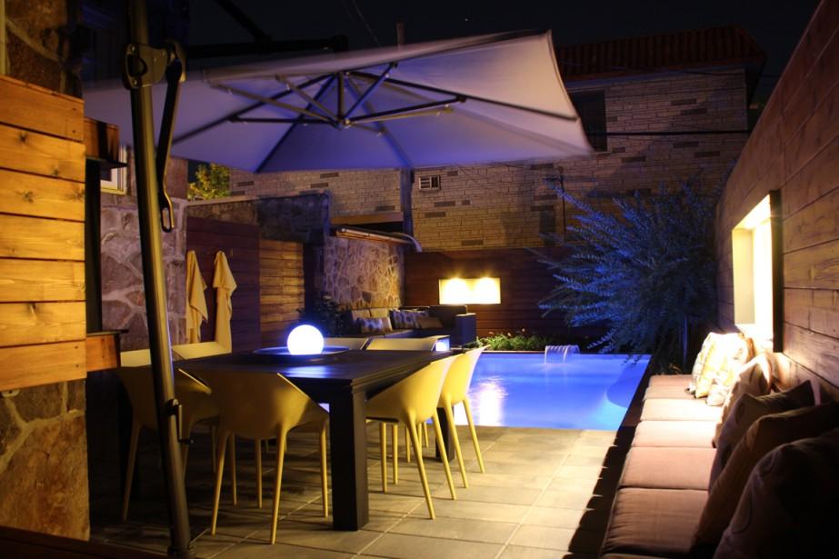<span>Les spots encastrés des deux fenêtres ludiques peintes en jaune, ainsi que l'éclairage au DEL de la piscine, créent une ambiance des plus invitantes, le soir venu. </span><span> </span> (PHOTO FOURNIE PAR SIMARD ARCHITECTURE)