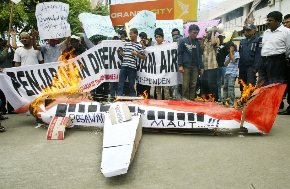 Indonésie, 1er janvier 2007: un Boeing 737 de la compagnie indonésienne Adam Air, parti de Java à destination de Célèbes avec 102 personnes à bord disparaît des écrans radar. Vingt-cinq jours plus tard, les boîtes noires sont retrouvées dans le détroit de Macassar. (PHOTO IRWIN FEDRIANSYIAH, ARCHIVES AP)